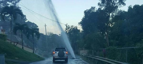 Gran chorro de agua en la carretera de Trujillo alto