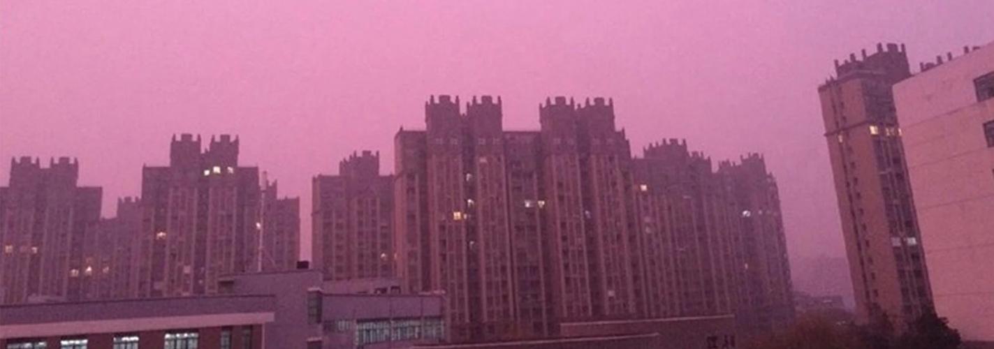 La contaminación tiñe el cielo de color rosa