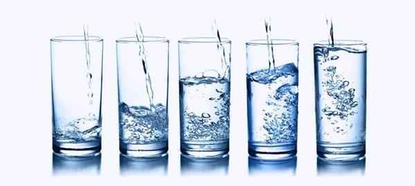 Cata de aguas para diferenciar color, olor y sabor