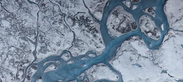 El cambio climático oscurece el hielo de Groenlandia