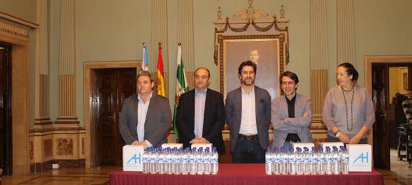 Aguas de Huelva entrega 17.500 litros de agua embotellada a Hermandades rocieras