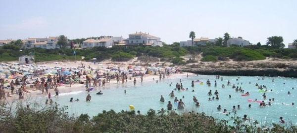Clausuran la Playa de Cala Bosch en Ciutadella por un vertido tóxico