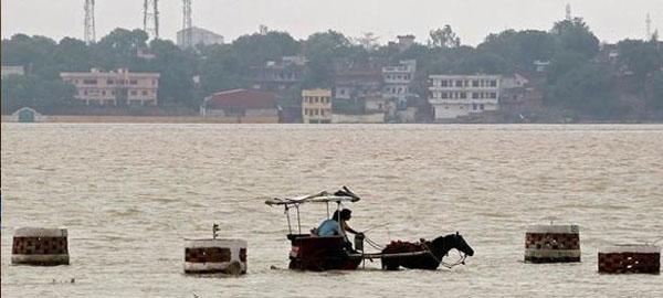 Más de 20 muertos y 170.000 desplazados en India por las inundaciones