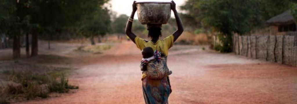 Mujeres y niñas dedican 200 millones de horas al día a recoger agua