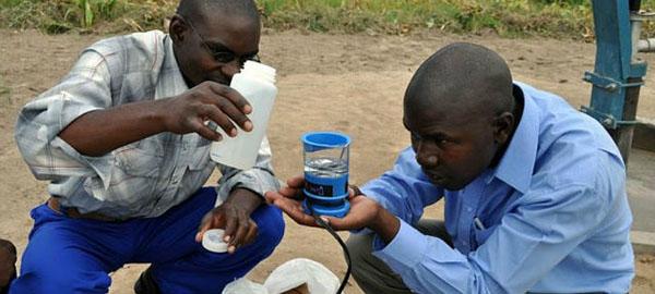 Un pequeño dispositivo que puede producir agua potable para 200 personas diariamente