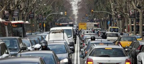 Barcelona cambiará los coches más contaminantes por transporte público gratuito