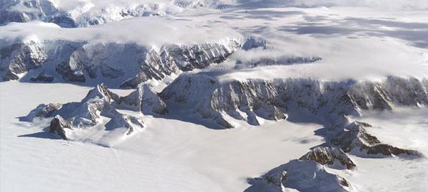 Un enorme iceberg, a punto de desprenderse de la Antártida