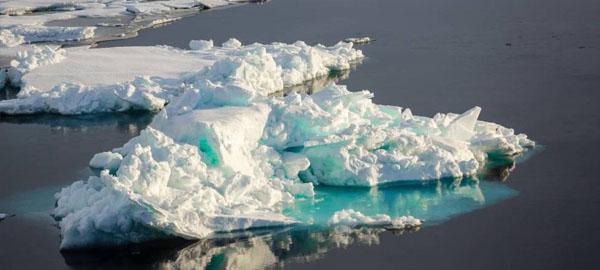 """Los expertos alertan de los riesgos medioambientales que causan las empresas que derriten trozos de icebergs para vender """"agua de lujo"""""""