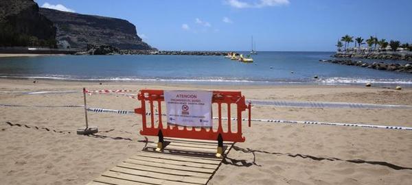 Prohiben el baño en la Playa de Mogán por un vertido de aguas residuales