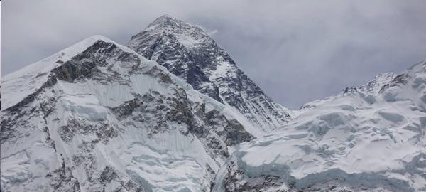 Una expedición de limpieza retira cuatro toneladas de basura del Everest