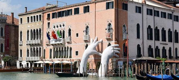 Unas manos gigantes para llamar la atención sobre el cambio climático en Venecia