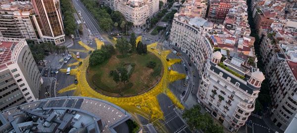 Un enorme sol pintado en una plaza de Barcelona para apoyar a las energías renovables