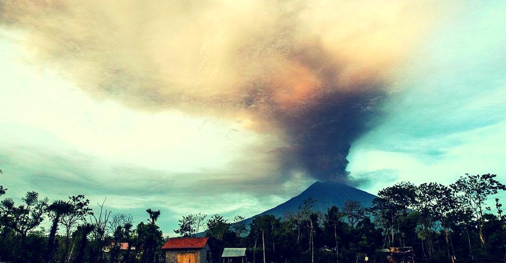 Cierran los aeropuertos de Bali. El volcán Agung incrementa su actividad y decretan alerta máxima