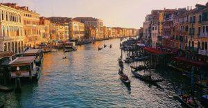 Agua limpia en los canales de Venecia